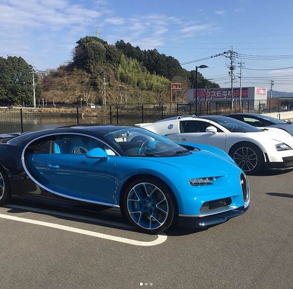 世界限定500台のみ製造されるハイパーカーで、現在300台以上受注済みのブガッティ「シロン」(日本への振り分けは約30台)。  車両本体価格は約3億円で、オプション費用等