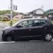 ドライバは気付いていない?それとも…岡山県にて、左前輪が外れた状態で走行し続ける軽自動車が登場