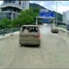 香港にてトヨタ・アルファードがあおり運転で強制停車→後続のトラックも急ブレーキ→トラックに積んでいた大量の泥がアルファードやタクシーにかかって成敗?【動画有】