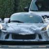ラ・フェラーリの後継と思われる開発車両がまたまた目撃に。サイドミラーやルーフを見