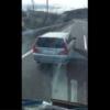 """国内某所の公道にて、乗用車(日産「ステージア」)がトラックの進路を妨害する""""逆あお"""