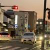 今日のプリウス…栃木県の某交差点のど真ん中にて縁石ブロックに乗っかり身動きが取れ