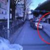 阪神高速道路・東大阪線の長田出口にて、クレーン車がトヨタ「アルファード」を串刺し