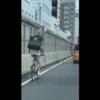 ウーバーイーツ(Ubereats)の配達員が自転車で首都高速道路を走行。こうしたモラルの低