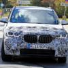BMW・次期「X1」の開発車両をまたまたキャッチ。「X2」に寄せたフロントフェイスにな
