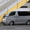 ドライバは無事なのか…?神奈川県横浜市の歩道橋にトヨタ「ハイエース」が突っ込む大