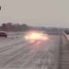 ダッジ「ヴァイパー」がドラッグレース中にエンジン爆発。その衝撃で車両は壁に向けて