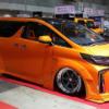 東京オートサロン2020にて、トヨタ新型「アルファード」を過激なオレンジに仕上げたカ