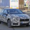BMW・新型「1シリーズ(F40)」の開発車両が再び登場。カモフラージュが一部剥がれ、リ
