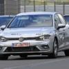 フルモデルチェンジ版フォルクスワーゲン・新型「ゴルフ8 GTE」の開発車両がカモフラ