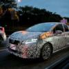 フルモデルチェンジ版・日産・新型ノートの開発車両を超間近にて目撃に。ヘッドライト