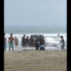 茨城県・大洗海岸の波打ち際でスタックしたトヨタ「ハイエース」。スタッフに注意され