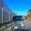 逃げられない恐怖。青森県にて反対車線から初心者マーク付のホンダ「N-BOX Custom」が