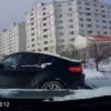 かなり凄いけど少し笑った。ロシアにて路面凍結で制御不能となったBMW・X6が対向車に