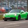 ポルシェ・新型「911(992)カブリオレ」の開発車両が登場。前後で異なるホイールデザイ