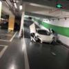 中国・天津市の地下駐車場にて、マクラーレン「650S」がスピードハンプ(減速帯)に接触