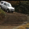 【スズキはレベルが違う…】中国で話題となったスズキ「ジムニー」が歩道橋の階段を上