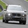 マイナーチェンジ版・BMW新型X7の開発車両を再びスパイショット!ヘッドライト位置は