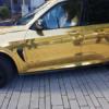 【一体なぜ?】ドイツにて、ピッカピカにゴールドラッピングされたBMW「X5 M」が警察