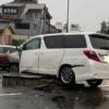【一体なぜこんなことに…】岐阜県にてトヨタ・アルファードが貯水槽の暴発により大破