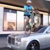 ロールスロイス「ファントム」のフロントボンネットにサイクリストが…映像の作りから