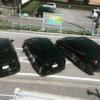 やはり今日もプリウス…歴代のトヨタ「プリウス」が公道を封鎖、縁石やコンビニに突っ