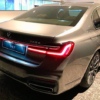 BMW・新型「7シリーズ」のリヤデザインも遂に公開。リヤはストリップ&L字テールのシ