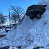 なぜこうなった…アメリカにてジープ・グランドチェロキーが雪山に突き刺さる摩訶不思