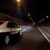 警察が煽り運転?首都高にて、パトカーがウィンカー出さずに車線変更&赤色灯回さずに