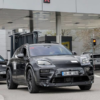 フルモデルチェンジ版・ポルシェ新型マカンEVの開発車両が世界初公開!ヘッドライトは